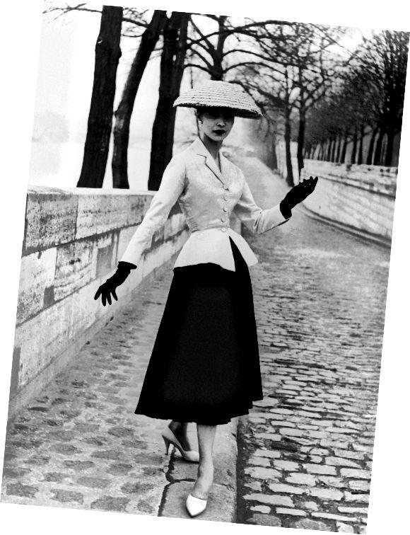 عکس کت و شلوار 'نگاه جدید' که توسط کریستین دیور طراحی شده است. عکاسی توسط جان فرانسوی. لندن، انگلستان. 1947