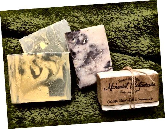 왼쪽에서 오른쪽으로 : Baby Magic Castile soap, Honey & Oats soap, Vanilla soap 및 Sugar Salt soap.