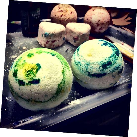 बाथ बम का मेरा पसंदीदा सेट, फॉर्म में दो अलग-अलग खाद्य रंगों को घुमाकर बनाया गया है। चेतावनी: नाखूनों पर कुछ दिनों तक दाग रहेगा!