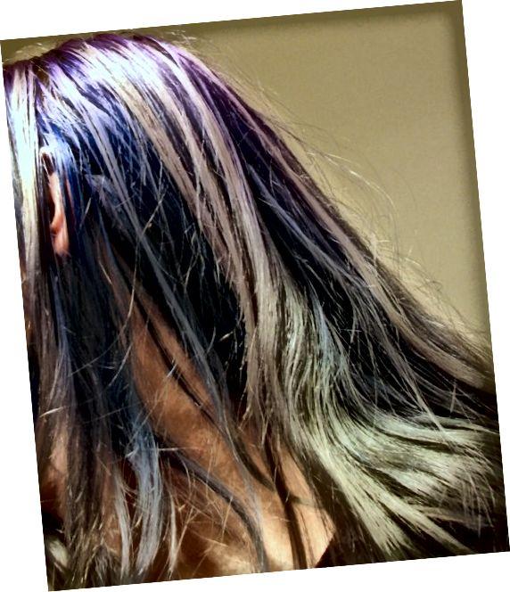 بیش از دو ماه پس از مرگ ، نوارها محو شد. موهای زیر آن هنوز آبی تیره است ، زیرا در معرض آفتاب قرار نمی گیرد.