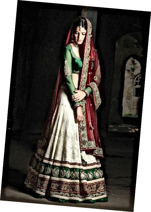 Jedná se o sukni lehenga A-cut v šedobílé, zelené a červené barvě.