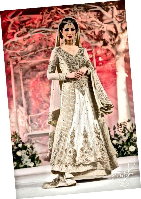 Šedě bílá a bronzová sharara pro nevěsty v Pákistánu.