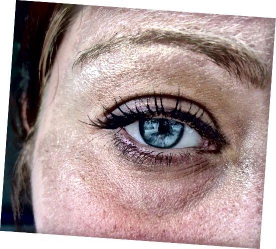 Słaby purpurowy łuk pod okiem