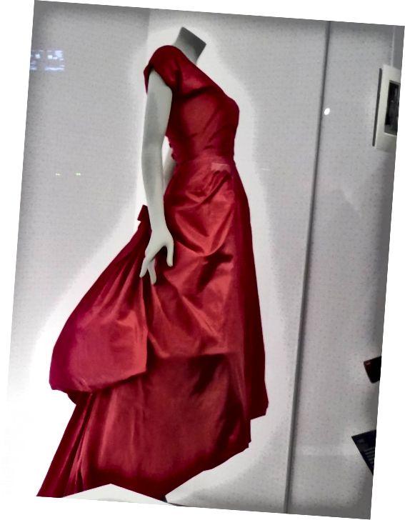 Այս ֆուչիայի երեկոյան զգեստը Balenciaga- ի առաջին հագուստն էր, որը մտավ V&A հավաքածուի մեջ: Պատկերը ՝ Ֆրենսիս Շպիգելի կողմից, V&A թանգարանի թույլտվությամբ: Բոլոր իրավունքները պաշտպանված են.
