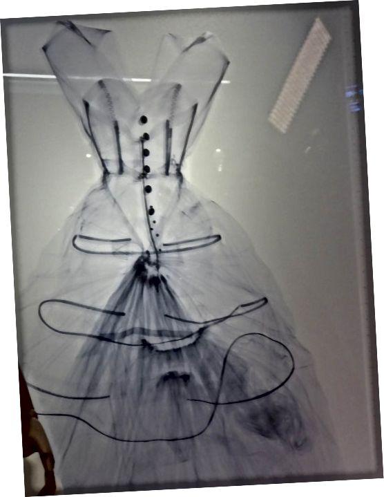 Մետաքսի տաֆտայի երեկոյան զգեստի այս ռենտգենը ցուցադրվում է հագուստի կողքին: Այն բացահայտում է հագուստի ձևը և ծավալը պահպանող օղակները: Պատկերը ՝ Ֆրենսիս Շպիգելի կողմից, V&A թանգարանի թույլտվությամբ: Բոլոր իրավունքները պաշտպանված են.