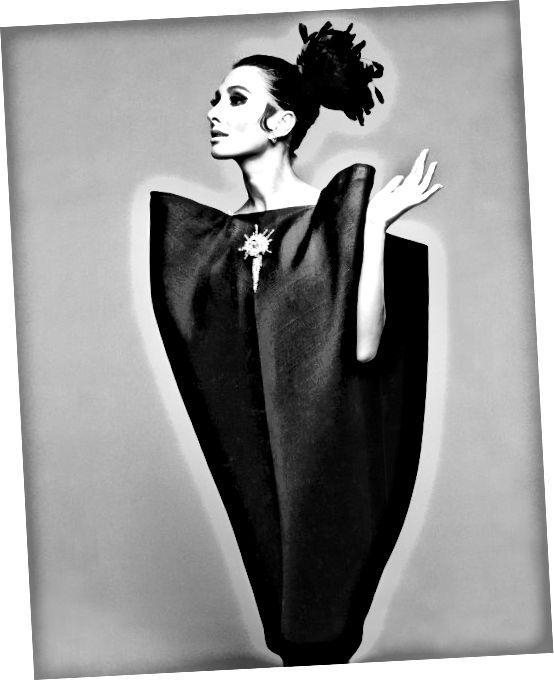 Hiro (b.1930) Alberta Tiburzi- ը «ծրարով» հագուստով ՝ Քրիստոբոբալ Բալենսիգա, Harper's Bazaar, հունիս, 1967. Հեղինակային իրավունք Hiro 1967. Balenciaga balenciaga