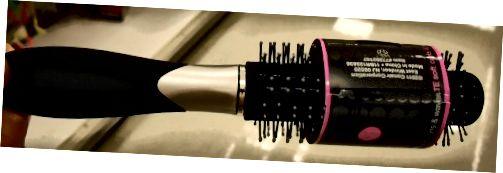 Μια στρογγυλή βούρτσα μαλλιών δίνει κίνηση στα μαλλιά και μπούκλες όταν χρησιμοποιείται με στεγνωτήριο.