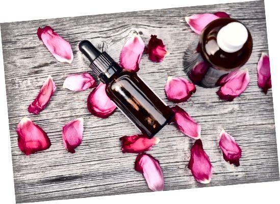 Το αιθέριο έλαιο τριαντάφυλλου είναι γνωστό για τις πολύτιμες αναγεννητικές του ιδιότητες.