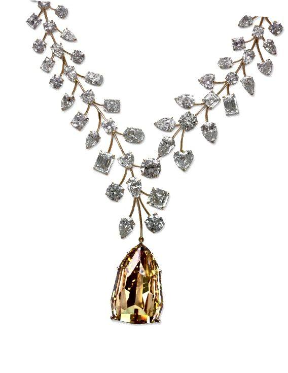 Tento úžasný diamantový náhrdelník L'Incomparable 637-karát byl v roce 2013 prodán za rekordních 55 milionů USD a podle Guinness World Records byl jmenován nejdražším náhrdelníkem na světě.