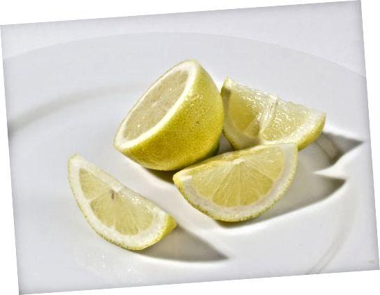 Kyseliny v citronu a dalších citrusových plodech pomáhají odlupovat a čistit pokožku.