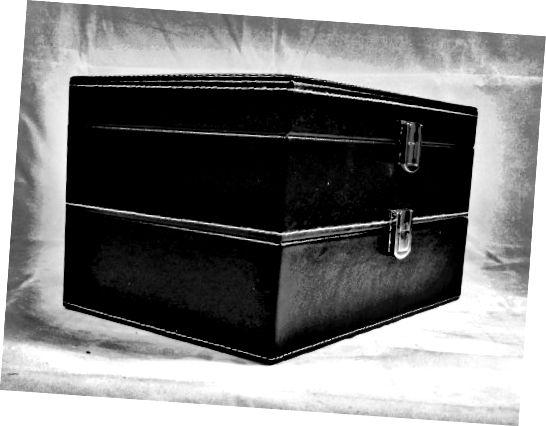 वॉच बॉक्स डबल लेयर्ड है, जिससे बीस टाइमपीस तक का स्टोरेज हो सकता है।