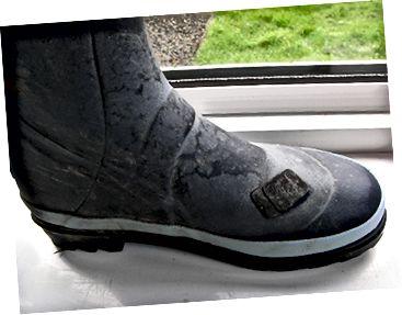 एक वेलिंगटन बूट ने एक पंचर मरम्मत किट का उपयोग करके मरम्मत की। जैसा कि आप देख सकते हैं, यह पहले से ही दो बार मरम्मत की गई है।
