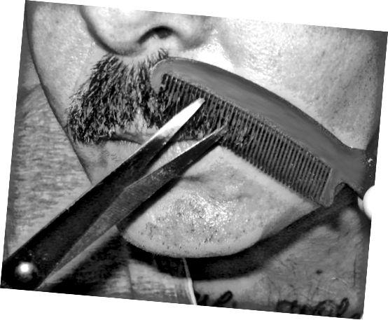 Uklízení kníru: Hřeben lehce přejeďte přes polovinu kníru. Vlasy, které neleží naplocho, se probodnou skrz zuby.