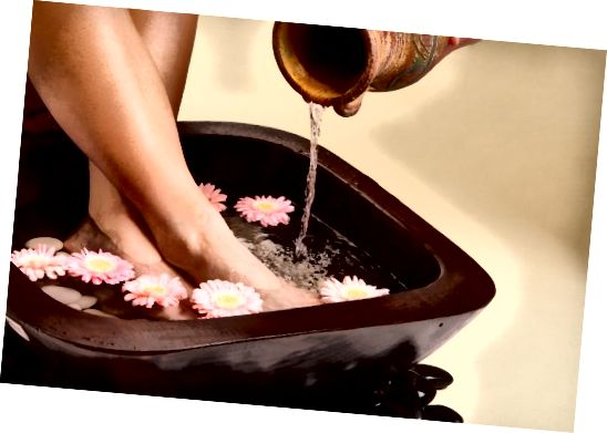 Вам не потрібно мати вишукану миску та такі квіти, щоб замочити ноги, ванна працює так само добре.