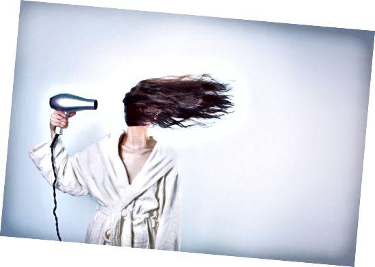 Kokosový olej zabraňuje poškodeniu vlasov.