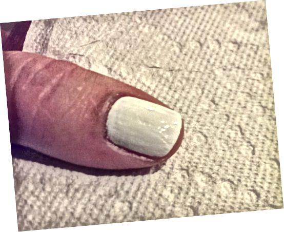 თეთრი საყრდენი ქურთუკი შეღებილია და კუტიკები სუფთაა ნებისმიერი პოლონურიდან.