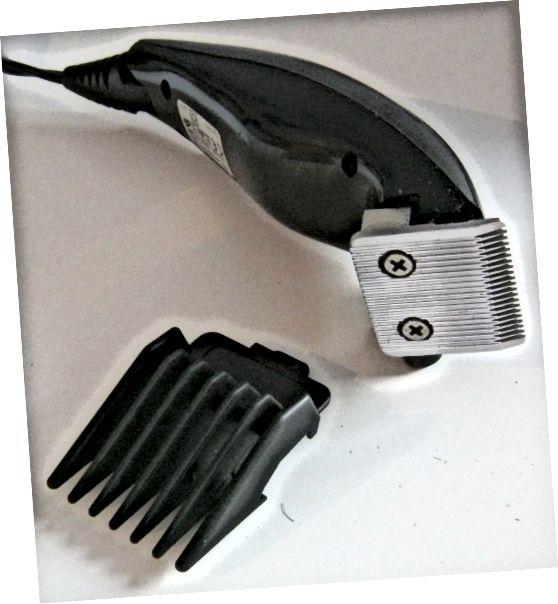 با استفاده از گیره های برقی بدون محافظ ، موهای خود را به سمت ساقه برش دهید.