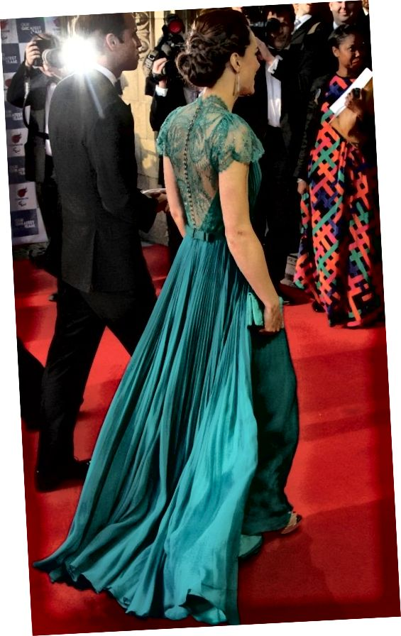 Το έντονα πτυχωτό πίσω μέρος του κιρκιριού της Kate Middleton.