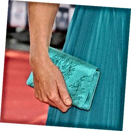 Ο συμπλέκτης συνδυάζεται διακριτικά με το φόρεμα της Kate.