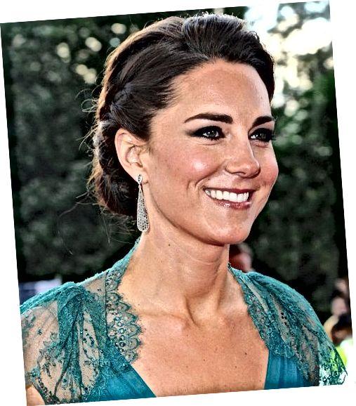 Τα σκουλαρίκια της Kate Middleton σε σχήμα δακρύων συμπληρώνουν το ντεκολτέ της