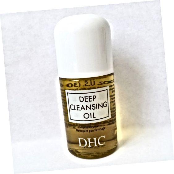 DHC डीप क्लींजिंग ऑयल - दिखाया गया आकार ट्रैवल साइज़ की बोतल है।