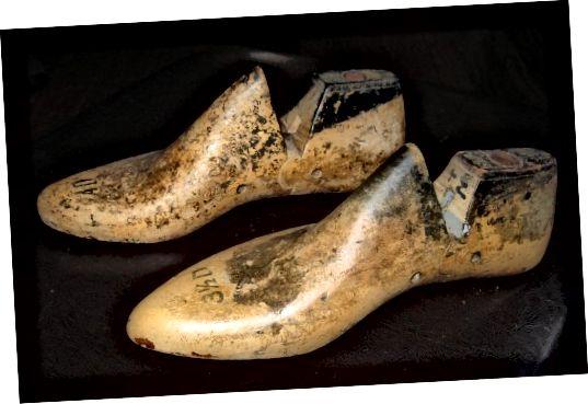 जूते के उत्पादन में उपयोग किए जाने वाले पुराने लकड़ी के जूते के रूप।