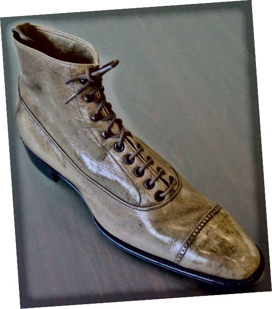 Balmoral boot circa 1940s आप उस सीम को देख सकते हैं जो बूट के ऊपरी और निचले हिस्से को विभाजित करता है।