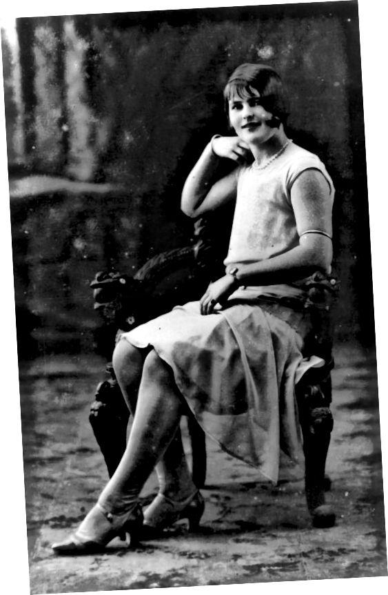 फ्लैपर - उसे मैरी जेन स्टाइल के जूते, एक मामूली वक्र के साथ चंकी ऊँची एड़ी के जूते नोटिस करें