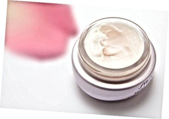 در اکثر موارد ، مارک های آرایشی با کیفیت بالا موفقیت تجاری خود را مدیون کیفیت استثنایی یا اثربخشی نیستند ، بلکه به تاییدیه های مشهور ، برچسب های طراح ، شبه علم و ارزش درک شده از ارزش افزوده مدیون هستند.
