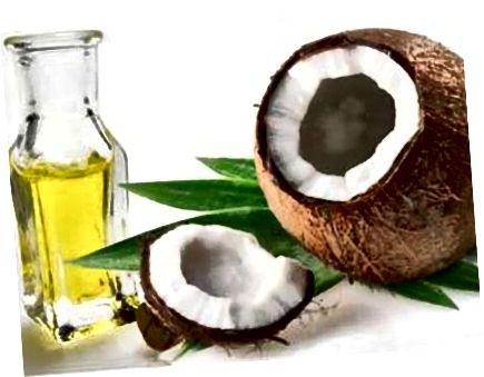 코코넛 오일은 자연스럽게 모발을 컨디셔닝하고 강화시키는 좋은 방법입니다.