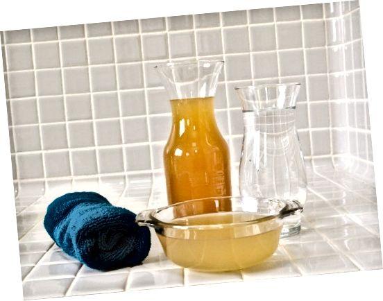 A pro domácí kondicionér vše, co potřebujete, je jablečný ocet a voda.