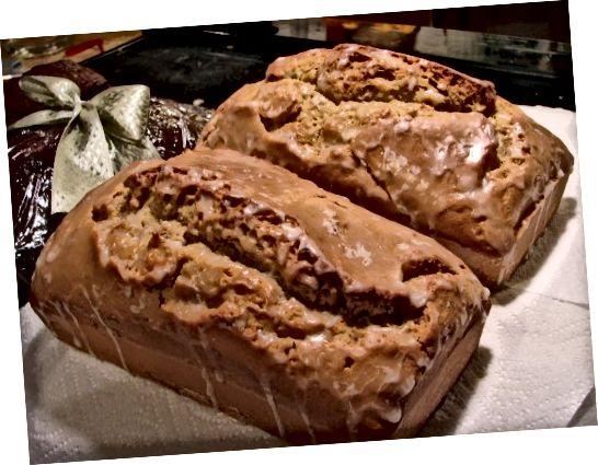 Citronově-levandulový chléb s použitím jedlých květin.