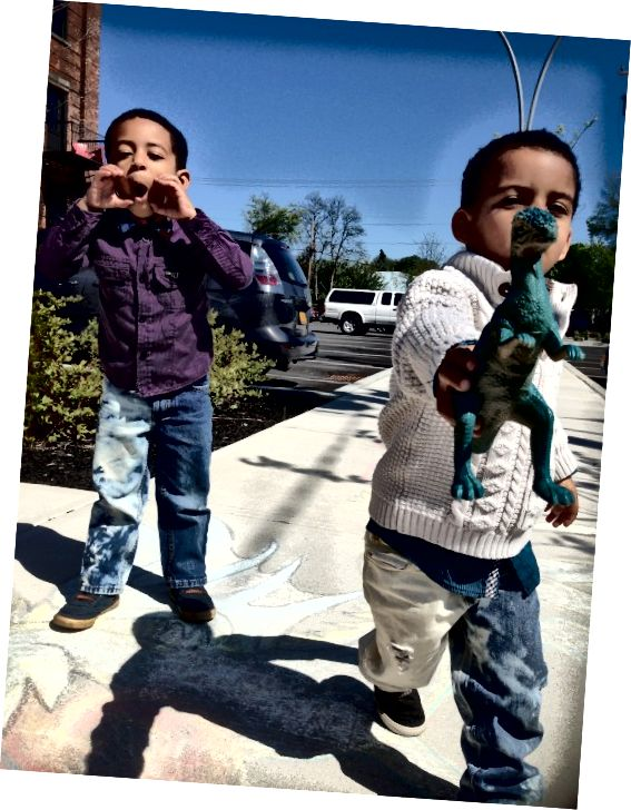 Juju & Blaze se descarcă și își modelează blugii înalțiți.