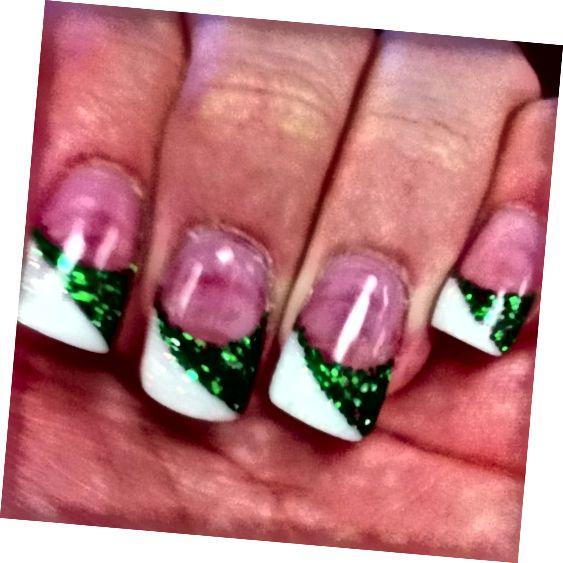 zelené a biele špičky nechtov