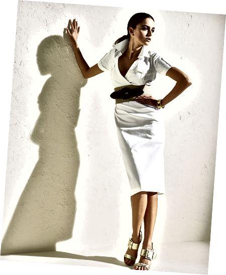 Tyto velmi módní bílé safari šaty v stretch sateen jsou také nabízeny v plus velikosti až 24W. Všimněte si širokého pásu, který se houpe v pase.