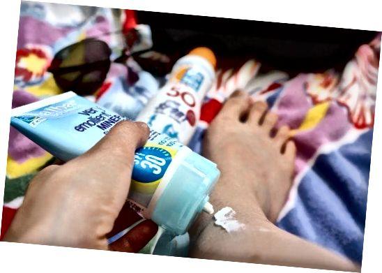 एसपीएफ 30 या उच्चतर के साथ सनस्क्रीन लगाकर सन स्पॉट्स को रोकें।