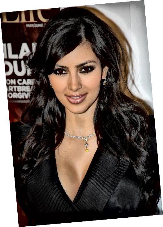 Kim Kardashian με κυματιστά μαύρα μαλλιά και πλαϊνά κτυπήματα.