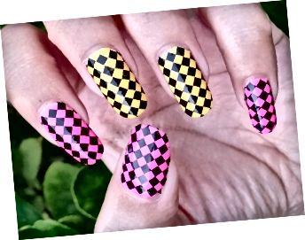 Black Full Nail Check Nail Art na růžové a žluté lak na nehty