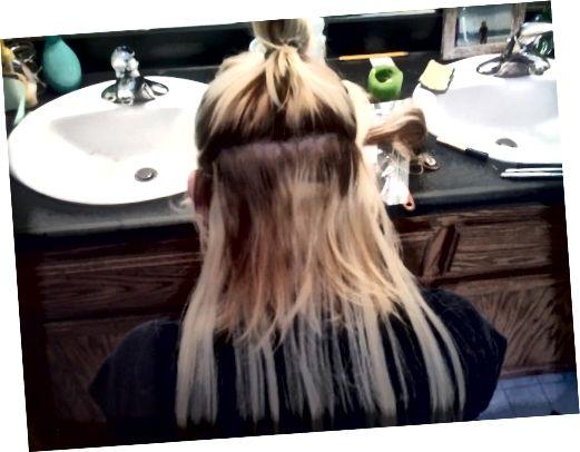 το πρώτο υφάδι έχει εφαρμοστεί σε αυτήν τη φωτογραφία και τα μαλλιά είναι έτοιμα για το δεύτερο υφάδι.