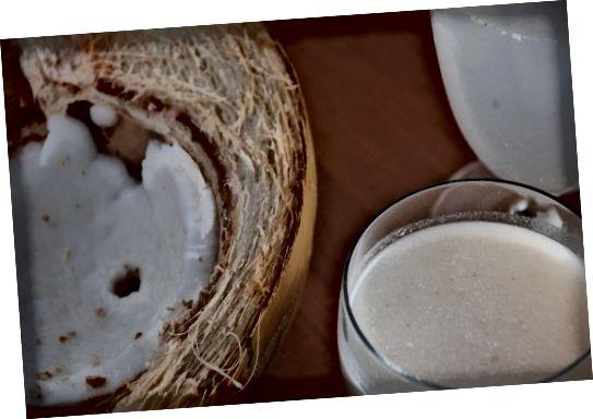 το γάλα καρύδας, το νερό, το λάδι και το κρέας είναι όλα ευεργετικά για την υγεία και χρησιμοποιούνται σε σπιτικές λύσεις ομορφιάς.