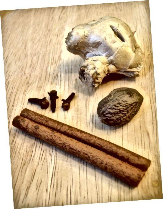 انواع ادویه های گرم به ساخت ادویه کدو تنبل می رود. تمام یا برخی از این ادویه ها - دارچین ، میخک ، جوز هندی ، زنجبیل ، آلفس و جامه سنتی آنهایی هستند که مورد استفاده قرار می گیرند.