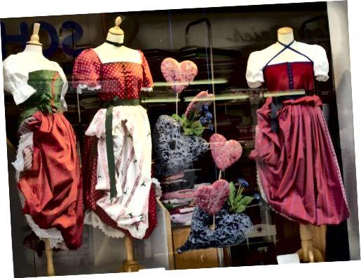 Dirndln σε ένα κατάστημα Dirndl στο Rosenheim, Γερμανία.