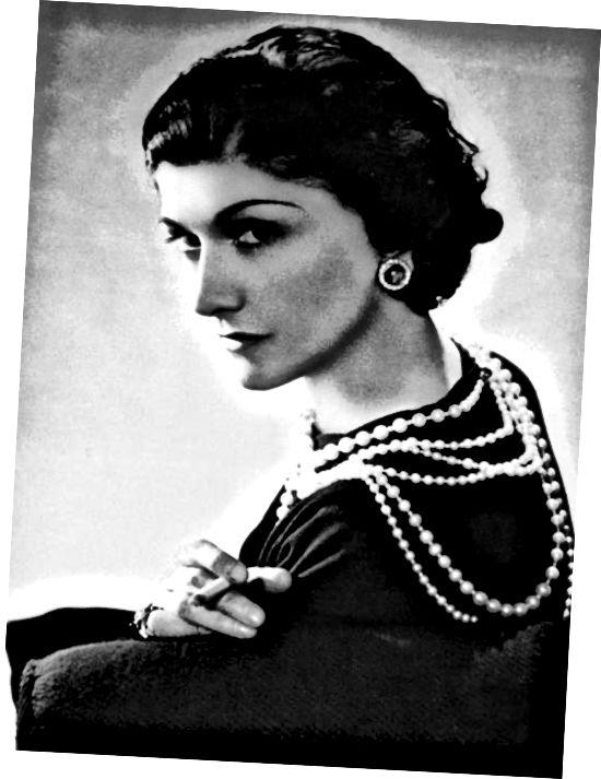 Coco Chanel با پوشیدن لباس سیاه و سفید با گردنبندهای مروارید لایه لایه محبوبیت پیدا کرد.