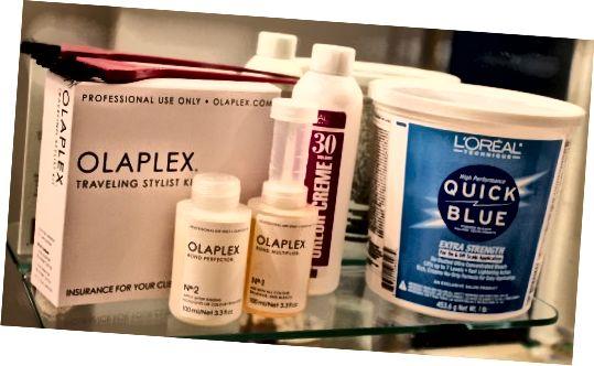 Fáze I (zleva doprava): Olaplex # 1 a # 2, vývojář L'Oreal 30 a práškové bělidlo L'Oreal