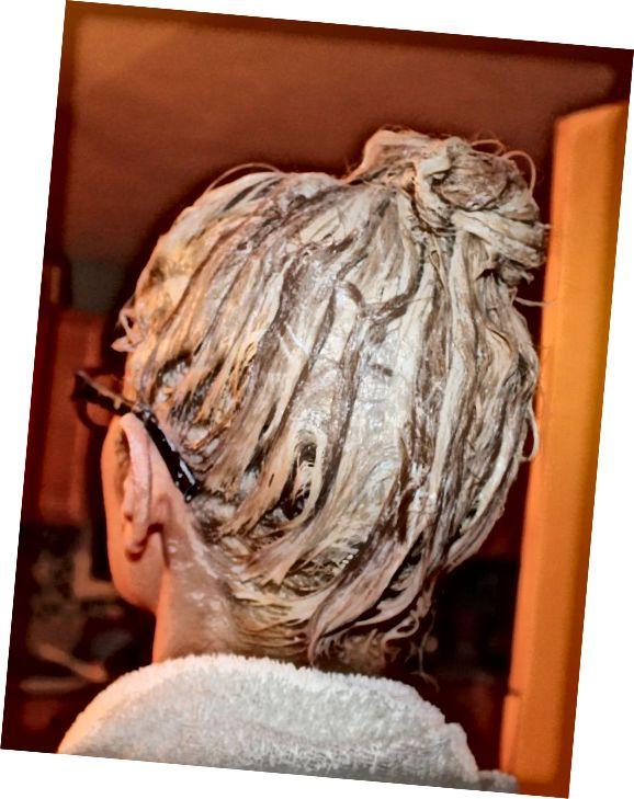 Probíhá bělení vlasů.