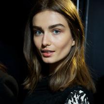 Μακριά μαλλιά ρέουν στα παρασκήνια στο Isabel Murant: Δροσερό, απαλό και υπέροχο