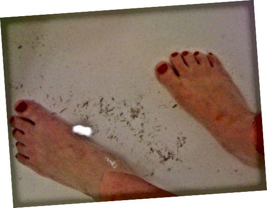 Αυτό είναι μόνο μερικά από τα νεκρά ρολά του δέρματος από την απολέπιση του σώματος που έμειναν στο κάτω μέρος της μπανιέρας μου.