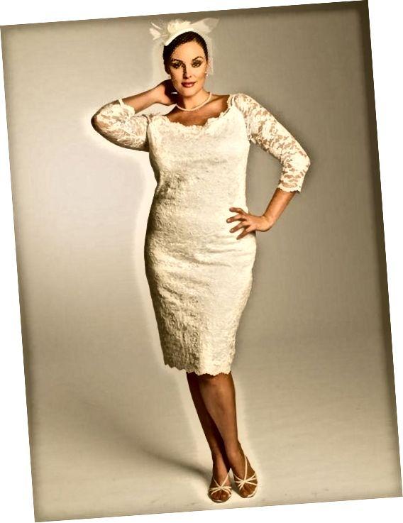 Νυφικό δαντέλα Angeline. Ένα κλασικά σχεδιασμένο φόρεμα φτιαγμένο για την καμπύλη νύφη. Εξαιρετικές λεπτομέρειες πάνω ή έξω από τον ώμο και μανίκια με μανίκια μήκους 3/4 και ένα σκαλιστό, ντεκολτέ μπαλαρίνας, φούστα ακριβώς κάτω από το γόνατο