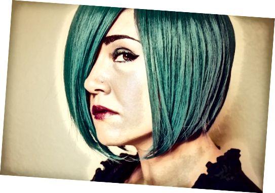 موهای سبز فیروزه ای. کمی رنگ سبز اضافه شده رنگ را آبی نگه می دارد اما سایه را کاملاً دگرگون می کند.