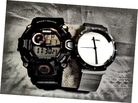 Paidu 58919 Watch Analog در کنار یک محصول مشابه Skmei. این نشان از تقابل بین یک طراحی ساده و پیچیده است.